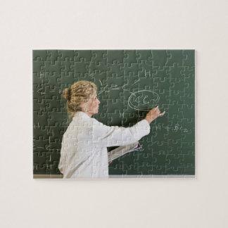 Écriture de professeur sur le tableau puzzle
