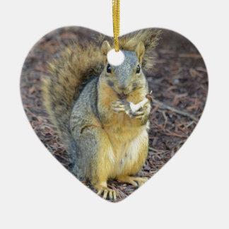 Écureuil affamé heureux ornement cœur en céramique