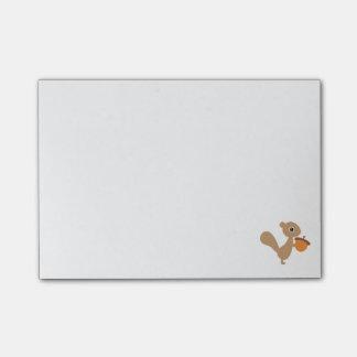 Écureuil avec des notes de post-it de gland