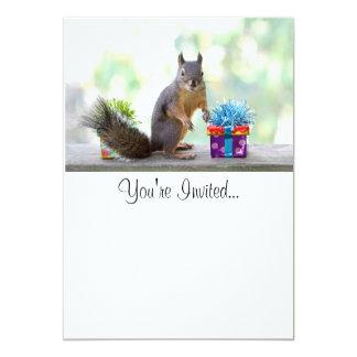 Écureuil avec les présents enveloppés carton d'invitation  12,7 cm x 17,78 cm