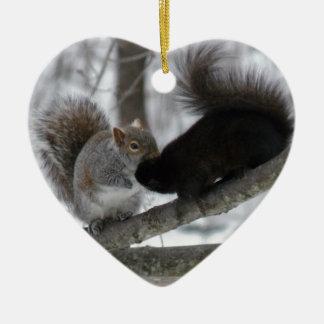 Écureuil noir ornement cœur en céramique