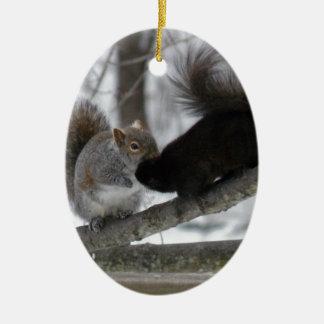 Écureuil noir ornement ovale en céramique
