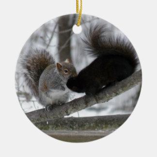 Écureuil noir ornement rond en céramique