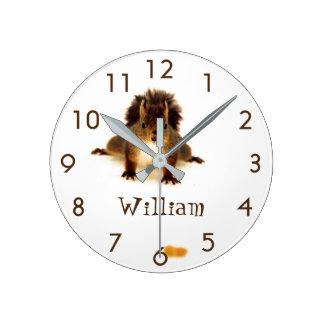 Écureuil rouge fouineur mignon fait sur commande horloge ronde