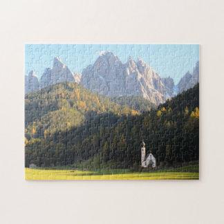 Église avec le puzzle d'arrière - plan de montagne
