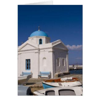 Église blanche sur la plage près de la mer Égée Carte De Vœux