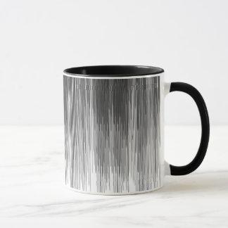 Égouttements noirs et gris de peinture sur le mug