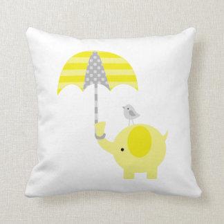 Éléphant et oiseau jaunes et gris coussin