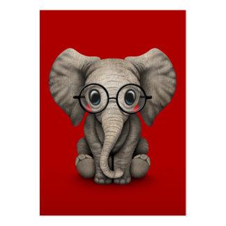 Éléphant mignon de bébé avec des verres de lecture carte de visite grand format