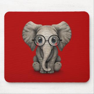 Éléphant mignon de bébé avec des verres de lecture tapis de souris