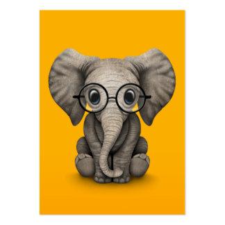 Éléphant mignon de bébé avec le jaune en verre de  modèle de carte de visite