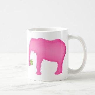 Éléphant rose avec un trèfle mug