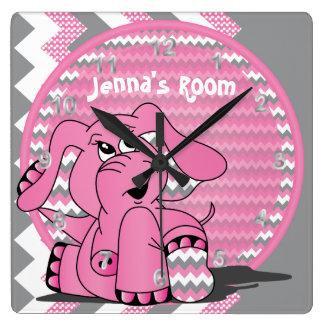 Éléphant rose drôle sur l'arrière - plan de horloge carrée