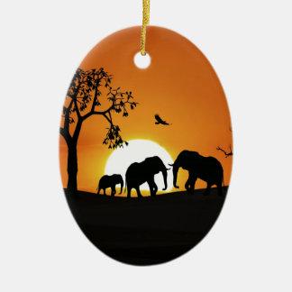 Éléphants au coucher du soleil ornement ovale en céramique