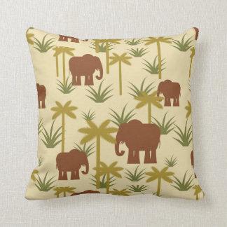 Éléphants et paumes dans le camouflage coussin