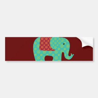 Éléphants ethniques avec des fleurs sur le rouge autocollant pour voiture