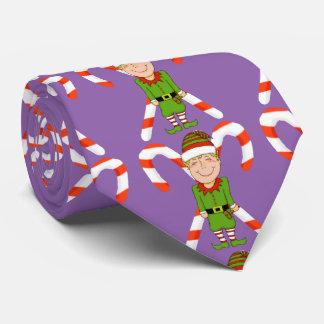 Elf heureux avec la cravate de sucre de canne