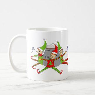 Elfes gardant la tasse de café de boîte à biscuits