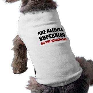 Elle a eu besoin de super héros est devenue un t-shirt pour chien