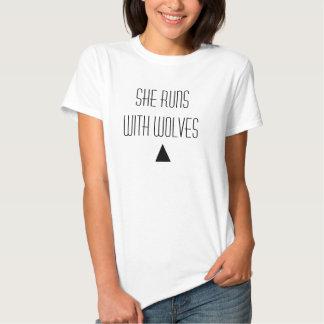 Elle court avec des loups t-shirts