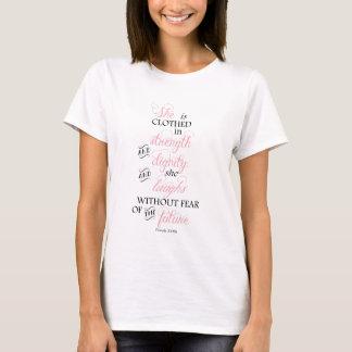 Elle est vêtue dans le T-shirt de cancer du sein