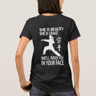 Elle vous poinçonnera dans votre T-shirt de karaté
