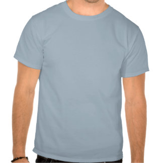 Emballez contre le bleu de ciel de base de T-shirt