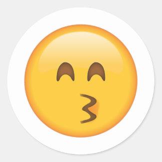 Embrassant le visage avec les yeux de sourire - sticker rond