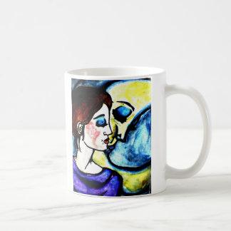 embrassez la lune mug