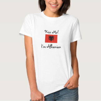 Embrassez-moi ! Je suis albanais T-shirts