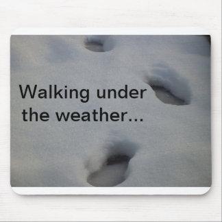 Empreintes de pas dans la neige tapis de souris