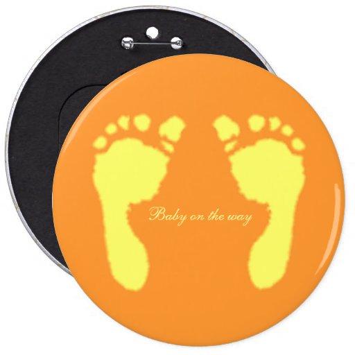 Empreintes de pas de bébé (jaune) badge avec épingle