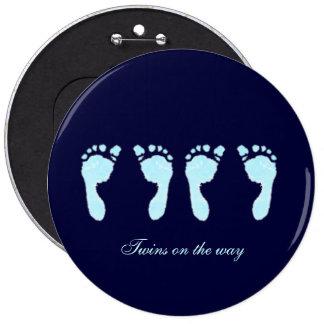 Empreintes de pas de bébé (jumeaux de garçon) badge rond 15,2 cm