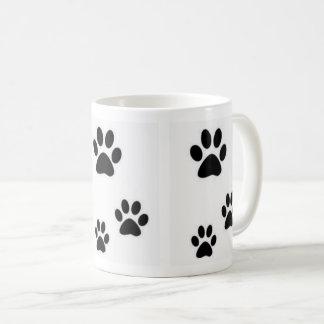 Empreintes de pas de belle tasse de chatons
