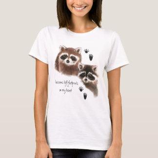 Empreintes de pas gauches de ratons laveurs sur t-shirt