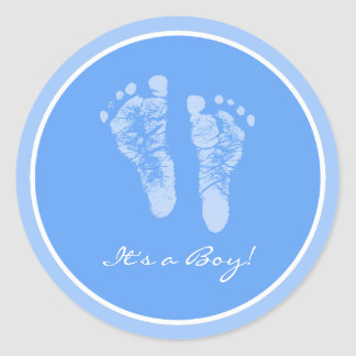Empreintes de pas mignonnes de bébé bleu ses un sticker rond
