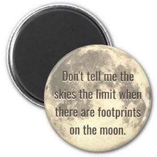 Empreintes de pas sur la lune magnet rond 8 cm