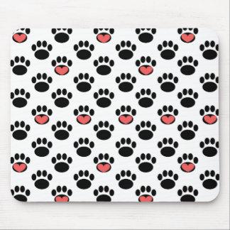 Empreintes de pattes avec des coeurs tapis de souris