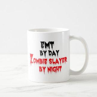 EMT par le tueur de zombi de jour par nuit Mug