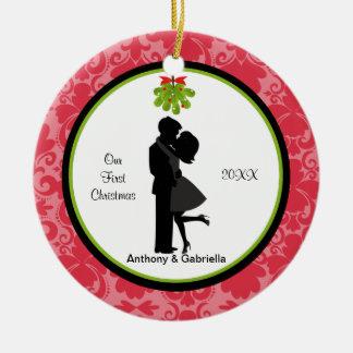 En embrassant le premier Noël de couples Ornement Rond En Céramique
