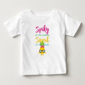 En épi sur le bonbon à extérieur sur l'intérieur t-shirt pour bébé