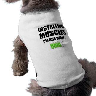 En installant des muscles veuillez attendent t-shirt pour chien