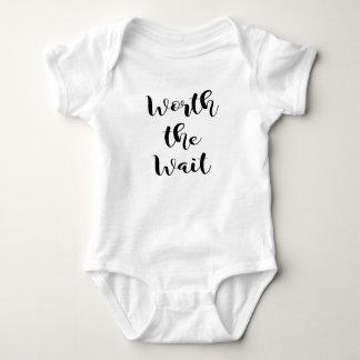 En valeur le costume de corps de bébé d'attente body