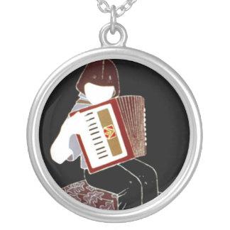 Enfant avec l'accordéon pendentif rond