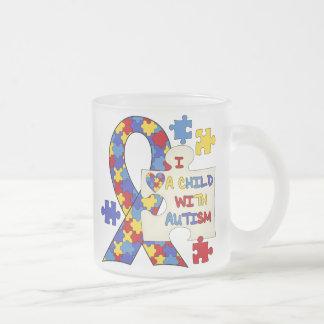 Enfant avec le ruban de sensibilisation sur mug en verre givré