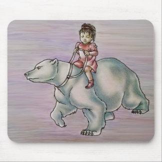 Enfant de fille de bande dessinée montant le tapis de souris