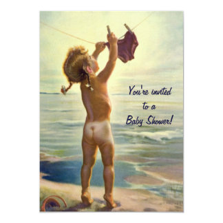 Enfant en bas âge mignon à la plage, invitation de