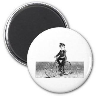 Enfant sur le vélo - illustration vintage de bicyc magnet rond 8 cm