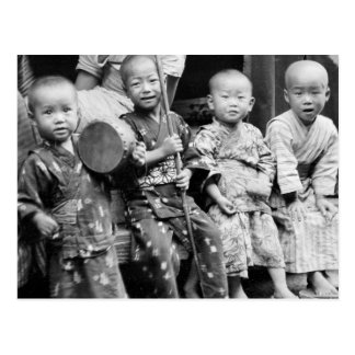 Enfants asiatiques dans des vêtements carte postale