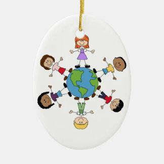 Enfants autour du monde ornement ovale en céramique